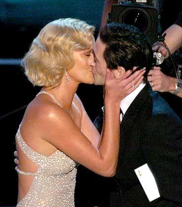 Oscar-Gewinnerin Theron (mit Moderator Adrien Brody): Dank an Manager und Anwalt