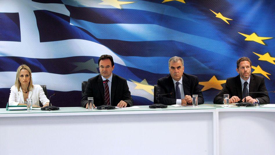 """Griechenlands Finanzminister Papakonstantinou (2.v.l.): """"Liegen definitiv darüber"""""""