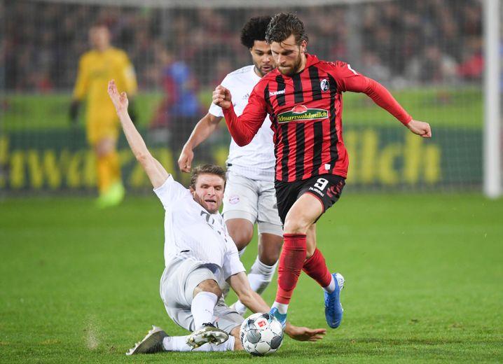 Lucas Höler wird von Weltmeister Thomas Müller gefoult