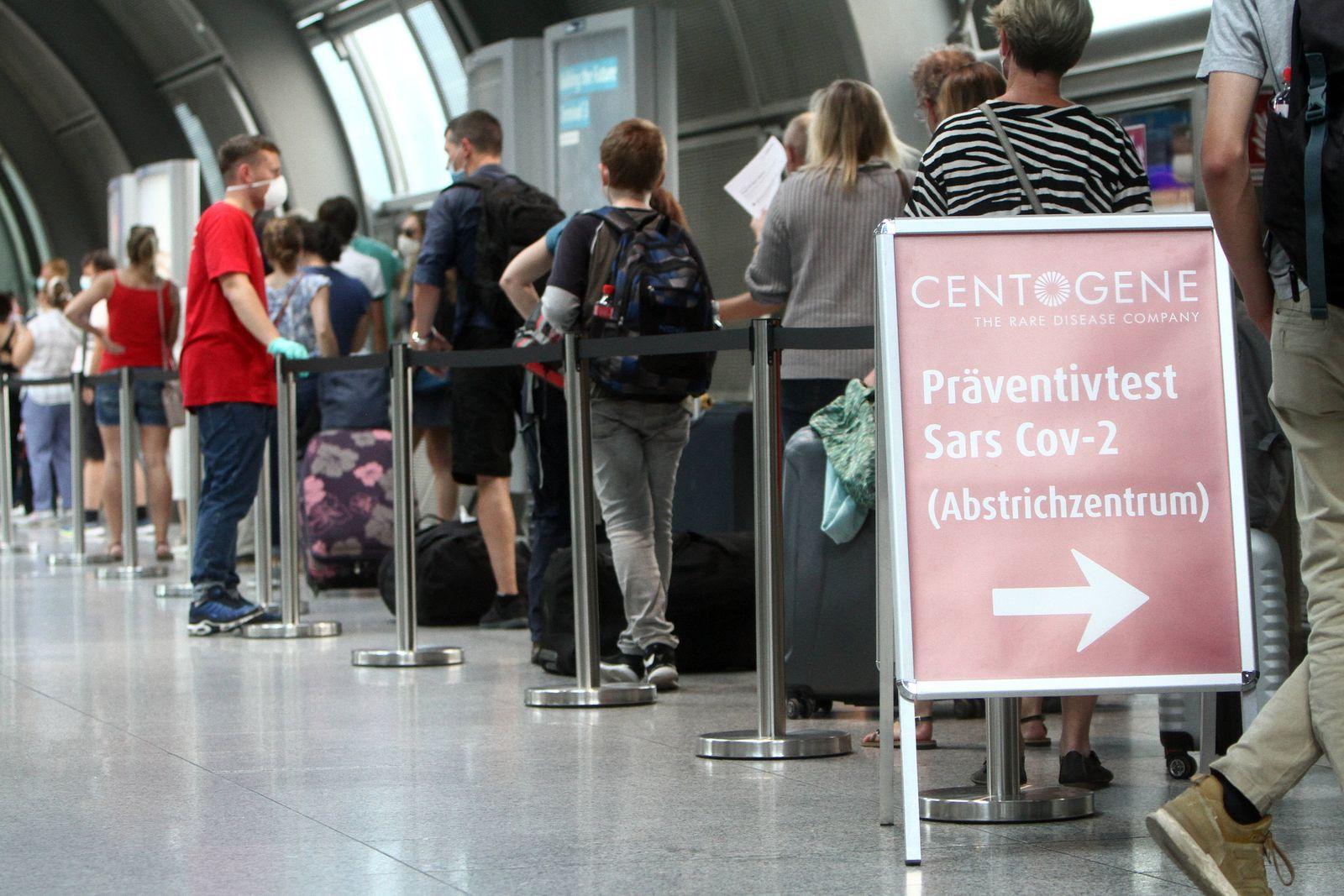 Rekord Ansturm von Reiserückkehrern und Einreisende n- zumeist aus Spanien und Ländern des Balkan s - auf einen Covid-1