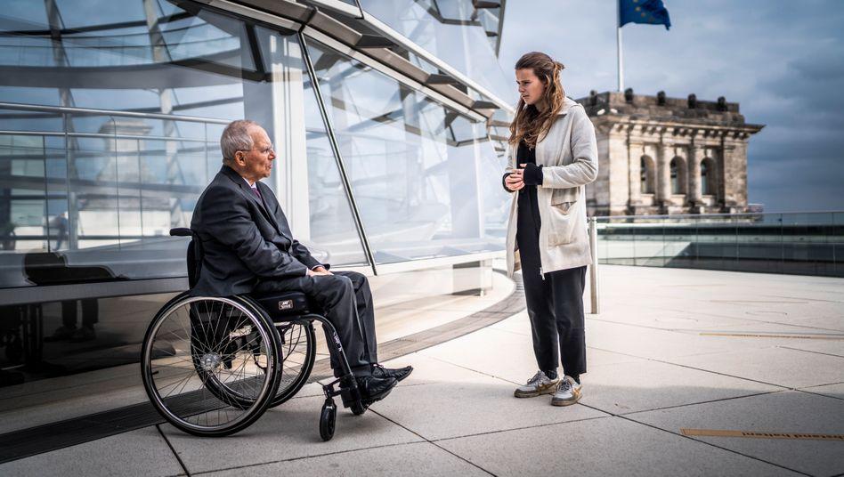 Bundestagspräsident Schäuble, Aktivistin Neubauer auf dem Dach des Reichstagsgebäudes in Berlin