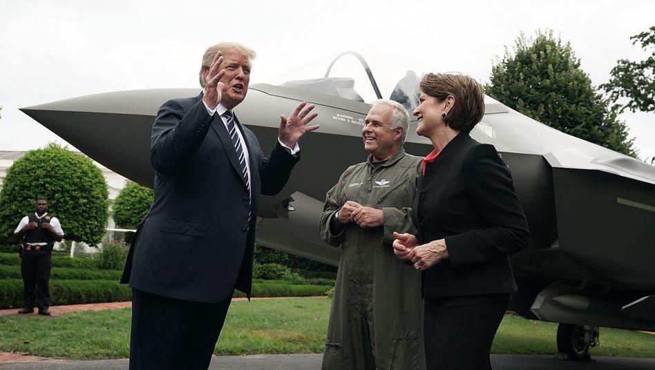 Donald Trump mit Lockheed-Martin-Chefin Marillyn Hewson und Chef-Testpilot Alan Norman