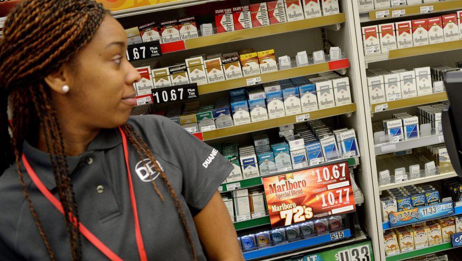 Verkäuferin mit Zigarettenregal (Archiv): Angst um Tausende Jobs