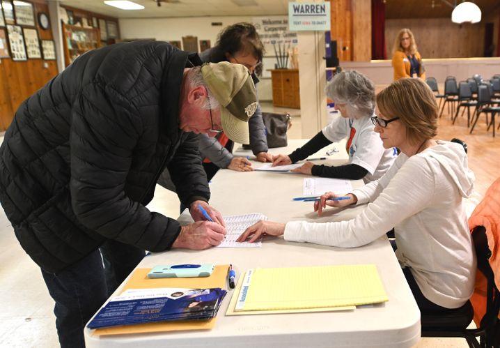 Es fing ohne Probleme an: Basiswähler bei der Abstimmung im Ort Carpenter, Iowa
