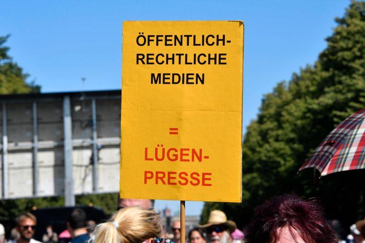 Banner der Demonstranten gegen die Medien am Samstag in Berlin