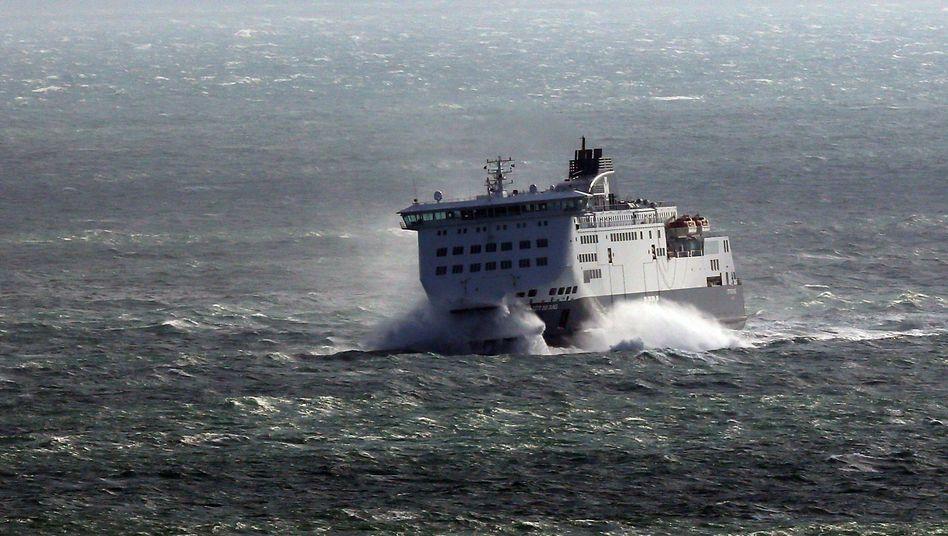 Eine Fähre kämpft sich durch die Wellen vor dem britischen Hafen Dover (Archiv)