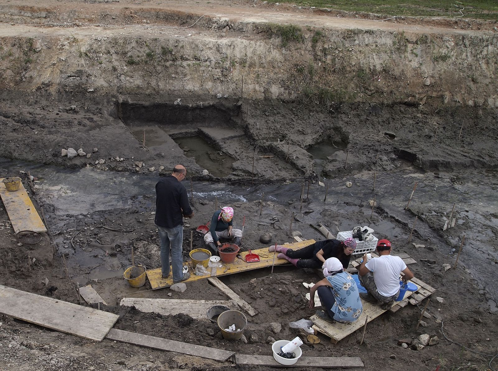 SPERRFRIST, 5. Februar 21.00 Uhr EINMALIGE VERWENDUNG Neandertaler / Holz