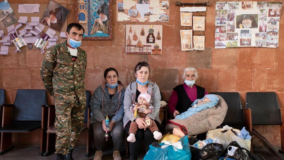 Muss sich eine neue Heimat aufbauen: Roland Awakjan (l.), Geflüchteter aus Schuschi, mit seiner Familie in Eriwan