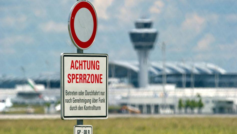 Schild am Flughafen in München: Streit um Prognosen