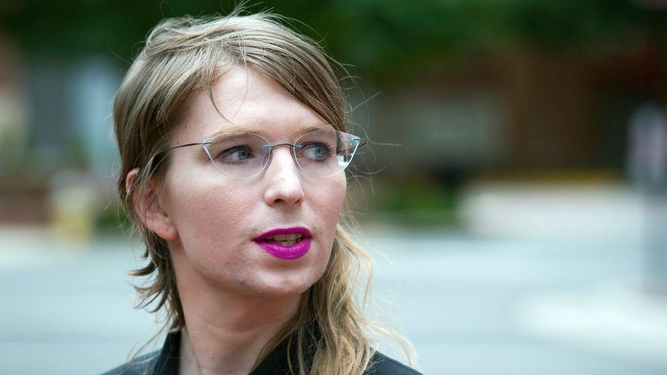 Chelsea Manning spricht vor einem Gericht in Alexandria mit Reportern