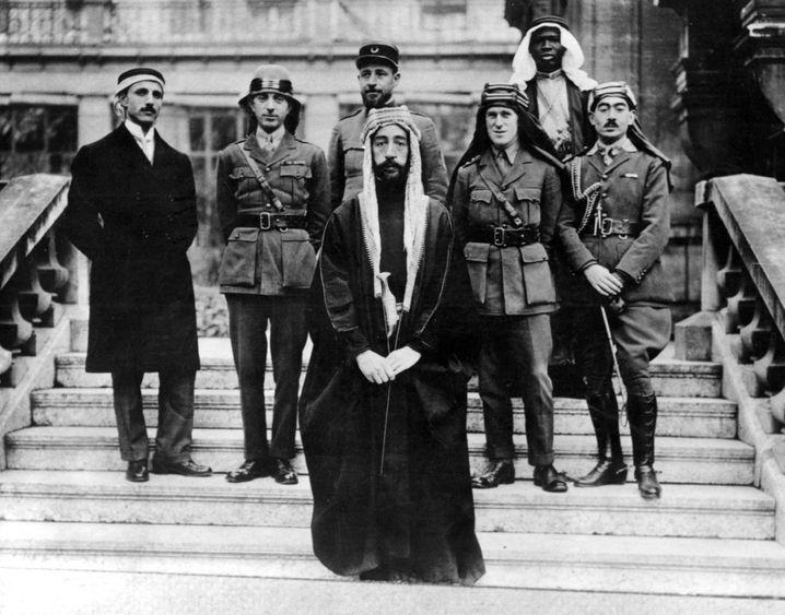 Partner Feisal (vorn), Lawrence (3.v.r.) bei der Pariser Friedenskonferenz 1919: Linien im Sand