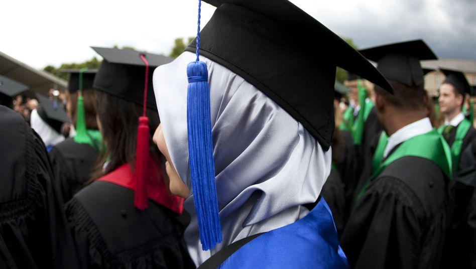 Muslimische Uni-Absolventin in Bonn: Neues Förderwerk für Begabte