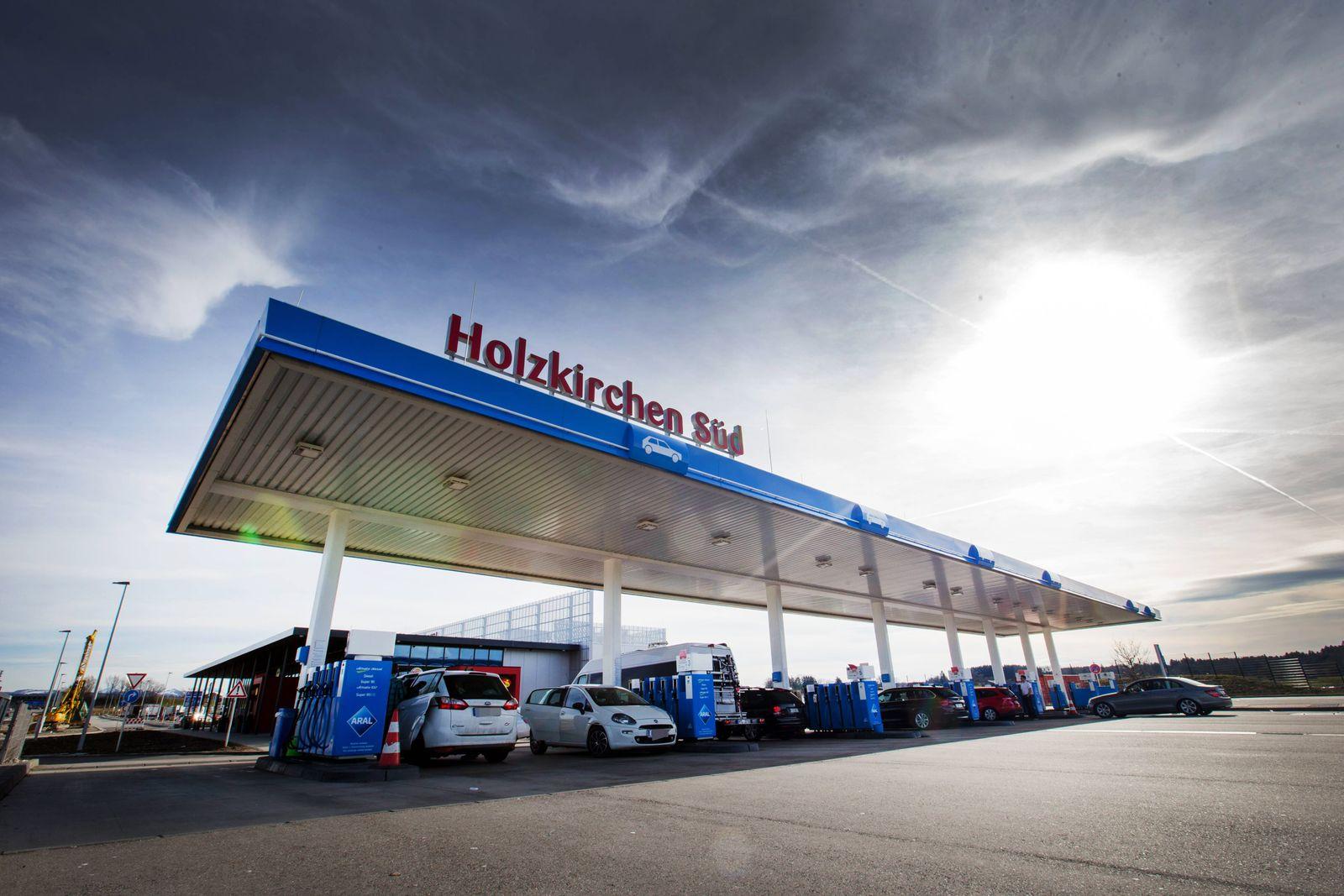 EINMALIGE VERWENDUNG Tankstelle Autobahn
