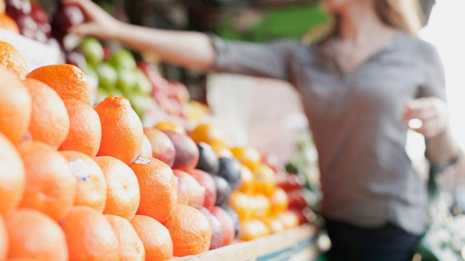 Obststand: Die Deutschen könnten häufiger zu Früchten greifen, findet die DGE