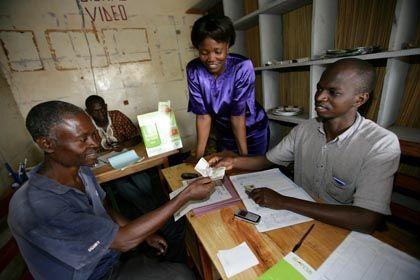 Kein Bargeld, kein Problem: Einzahlung bei einem M-Pesa-Agenten in Kenia
