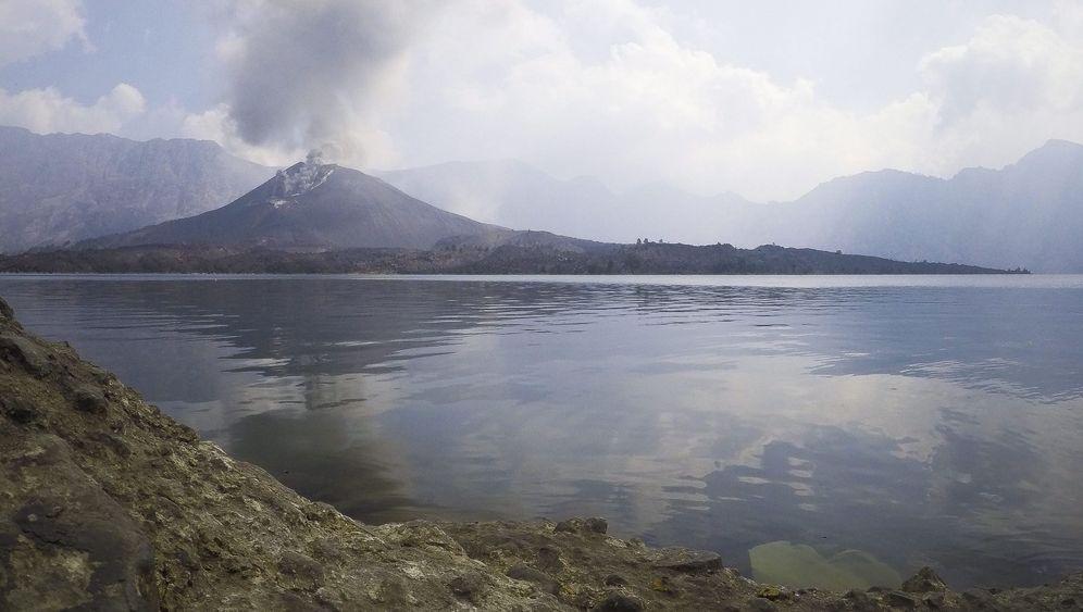 Vulkanausbruch in Indonesien: Rinjani bläst Asche