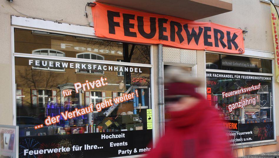 Ein Geschäft in Berlin bewirbt den Verkauf von Feuerwerk