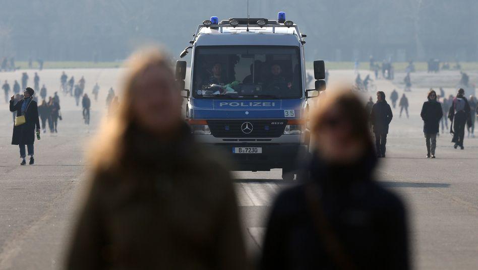 Polizeipatrouille auf dem Tempelhofer Feld: Auch in Berlin gelten strenge Ausgangsbeschränkungen