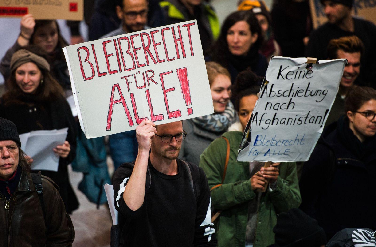 Demo gegen Abschiebung am Frankfurter Flughafen