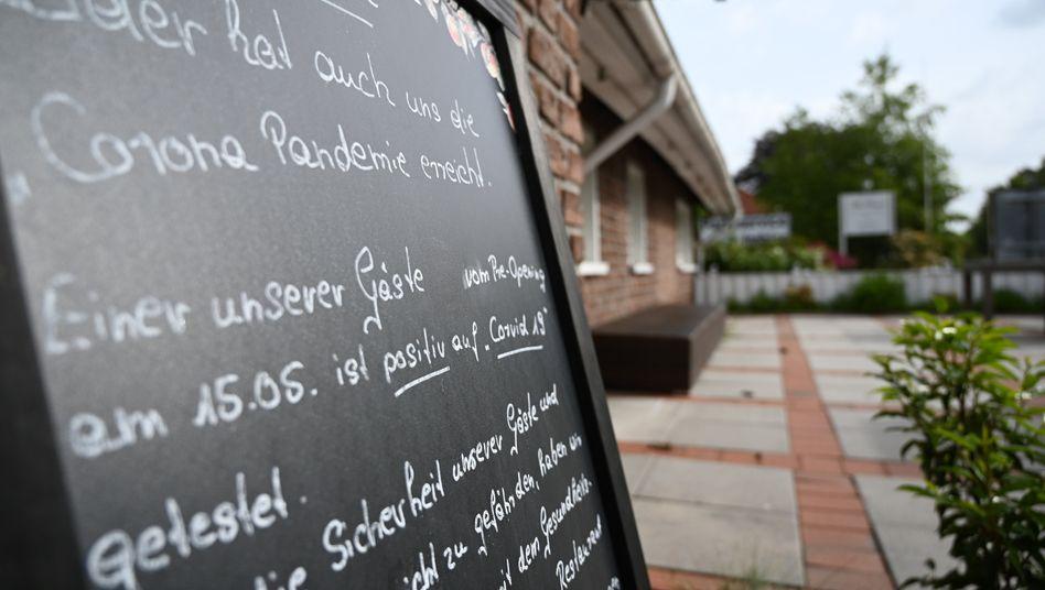 """Schild vor dem Restaurant """"Alte Scheune"""" nahe Leer"""
