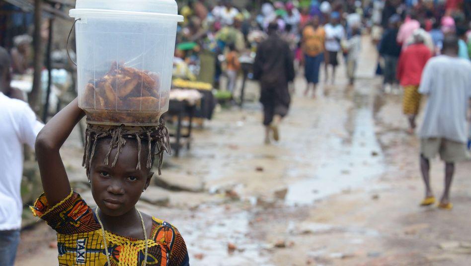 Junges Mädchen auf einem Markt nahe Monrovia, der Hauptstadt Liberias: Ebola verbreitet sich auch auch in Großstädten - eine besondere Herausforderung.