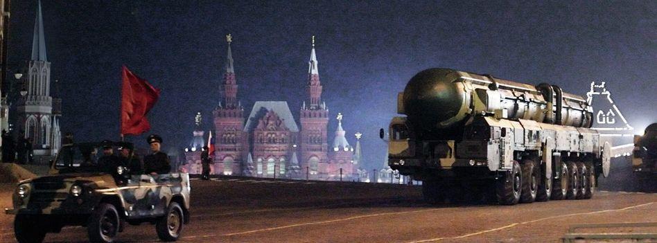 Die russische Interkontinentalrakete SS-27 »Topol-M« auf dem Roten Platz in Moskau, 2009