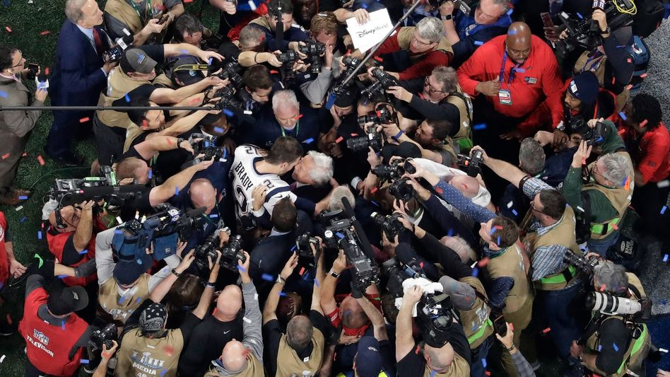 Tom Brady umringt von Reportern