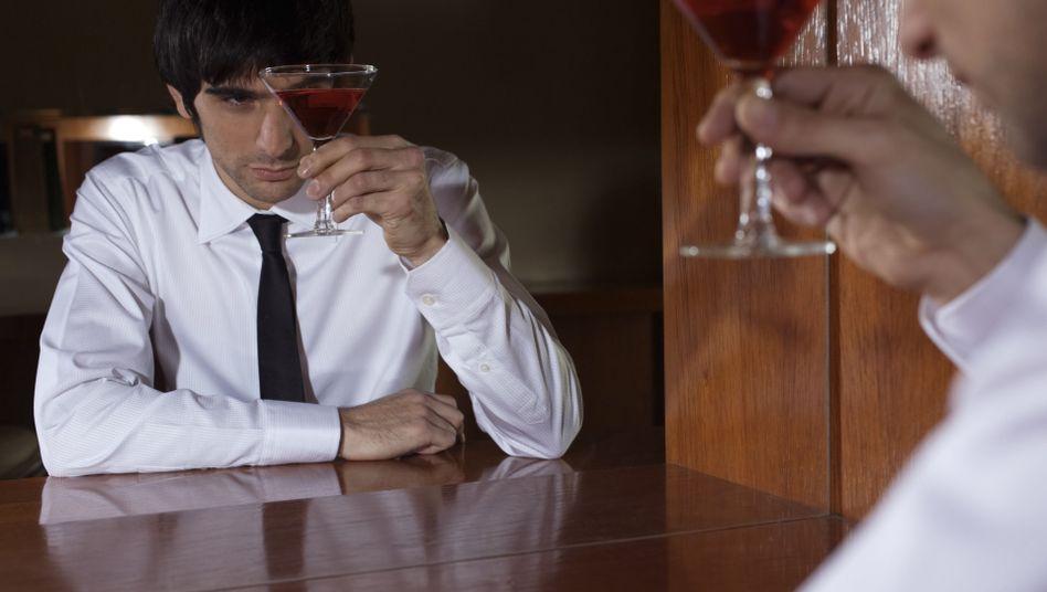 Mann mit Drink: Der Glaube an Alkohol versetzt Berge
