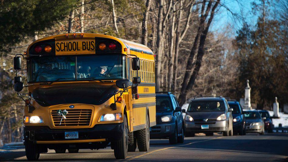 Auf dem Weg zum Unterricht: Schulbus mit Kindern aus Newtown auf dem Weg nach Monroe