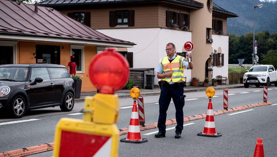 Polizisten kontrollieren an der deutsch-österreichischen Grenze