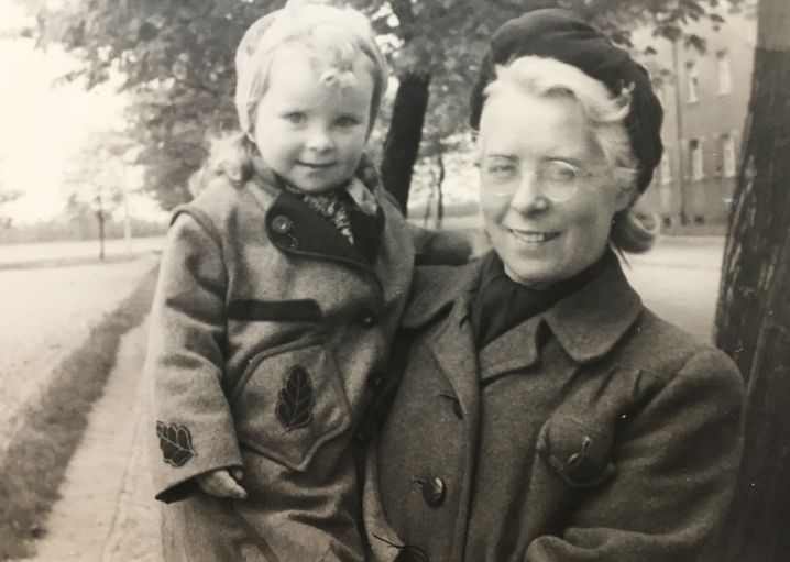 Petra und Oma Dora (um 1947): Per Polizeieinsatz getrennt