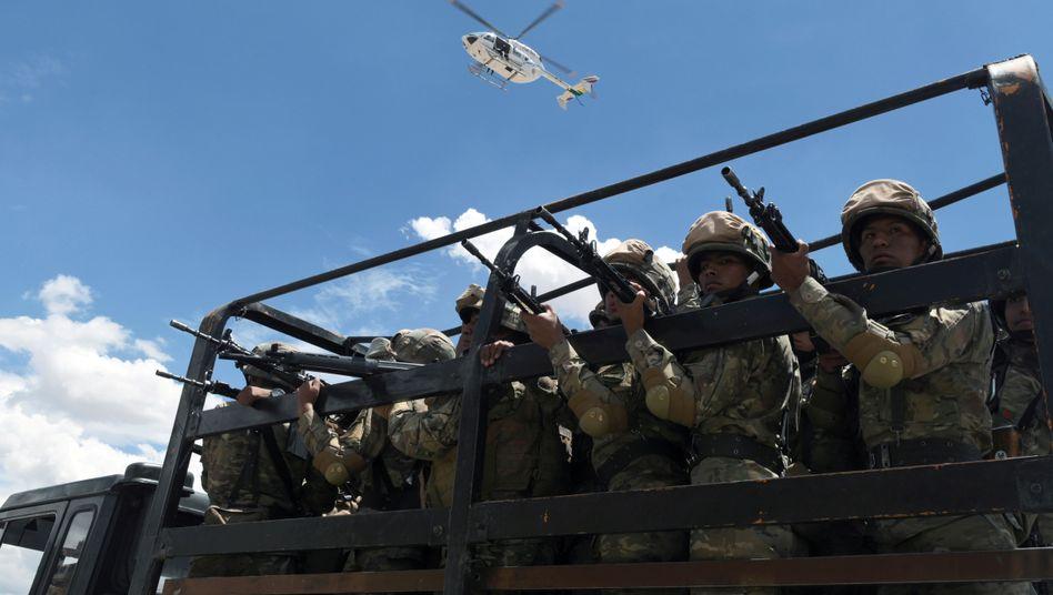 Soldaten in Cochabamba: Auf den Straßen des Landes gibt es immer wieder Unruhen