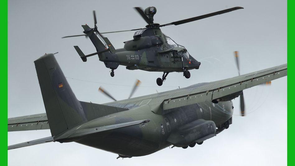 Bundeswehr-Transportflugzeug und -Hubschrauber bei Luftfahrtausstellung in Berlin