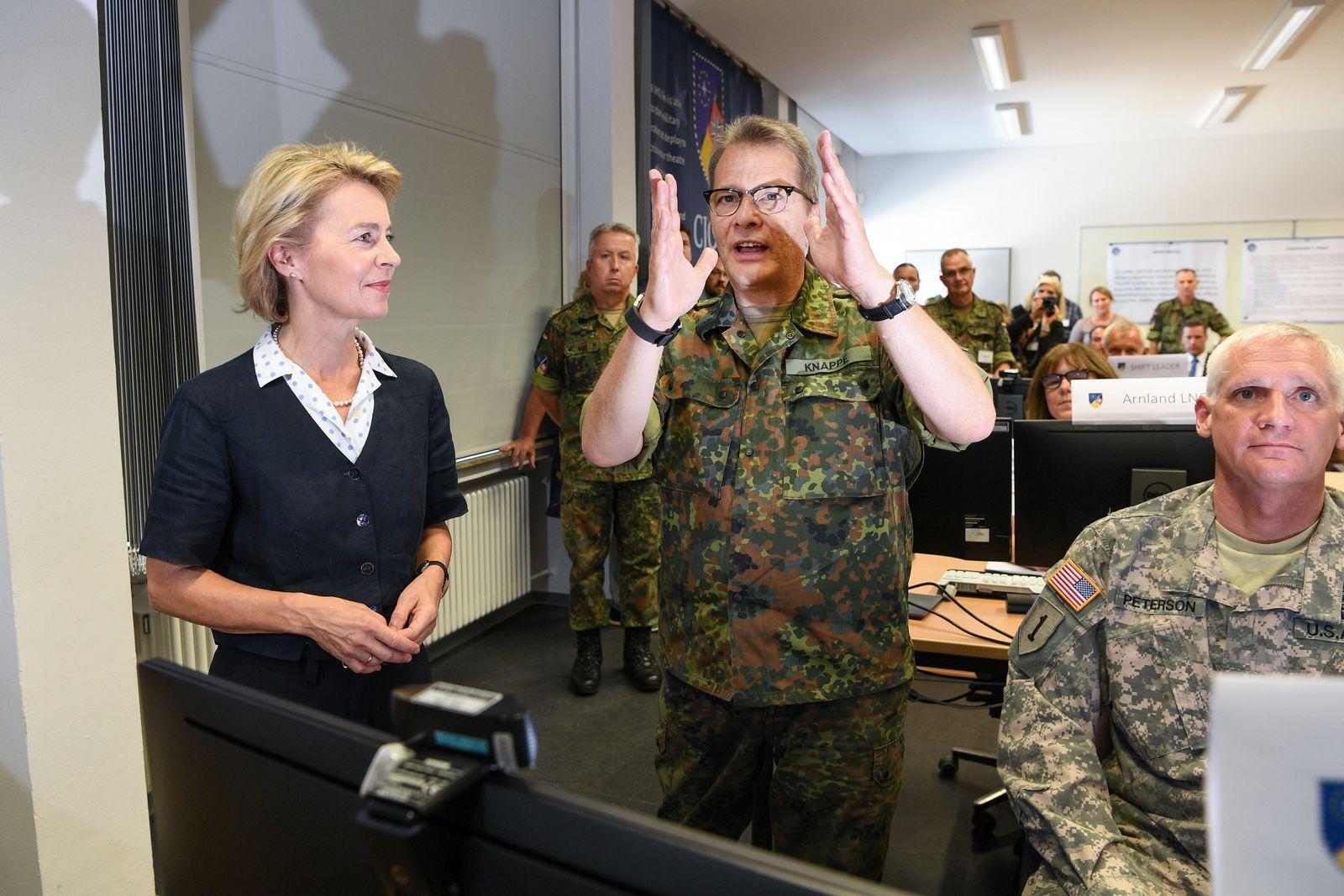Verteidigungsministerin Ursula von der Leyen auf Sommerreise