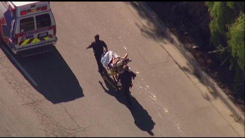 Ein Verletzter wird zum Krankenwagen gefahren