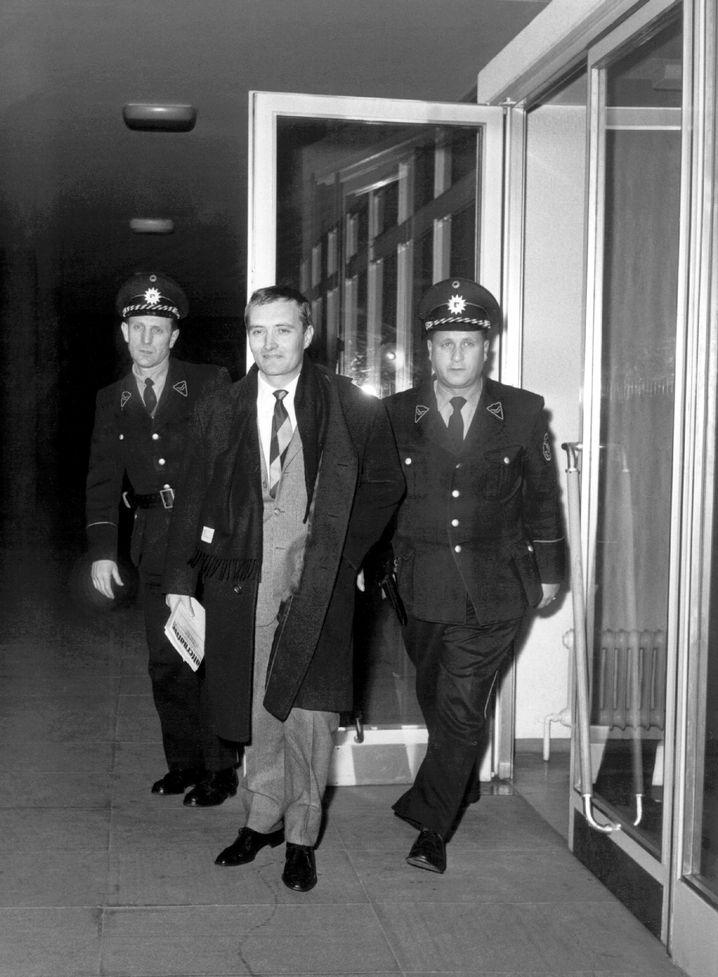 Augstein wird von Polizisten aus dem Bundesgerichtshof geführt (8. Januar 1963)