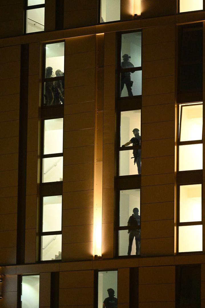 Spezialkräfte der Polizei bei der Durchsuchung des Hotels
