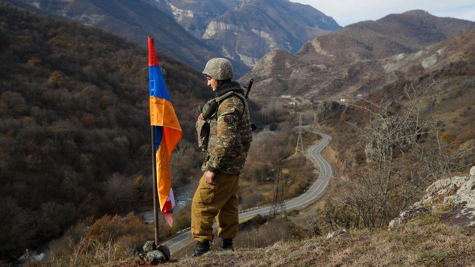 Armenischer Soldat im umkämpften Grenzgebiet Bergkarabach (Archivbild): Erst am Mittwoch hatten beide Länder einer von Russland vermittelten Waffenruhe zugestimmt.