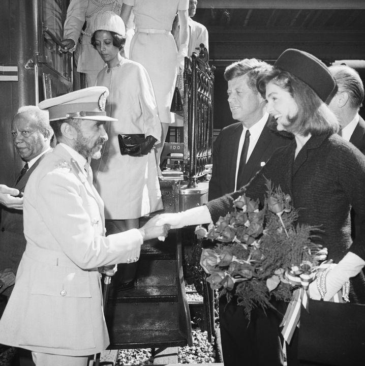 Haile Selassie war eines der weitgereistetsten Staatsoberhäupter der Welt. Hier schüttelt er Jackie Kennedy 1963 die Hand.