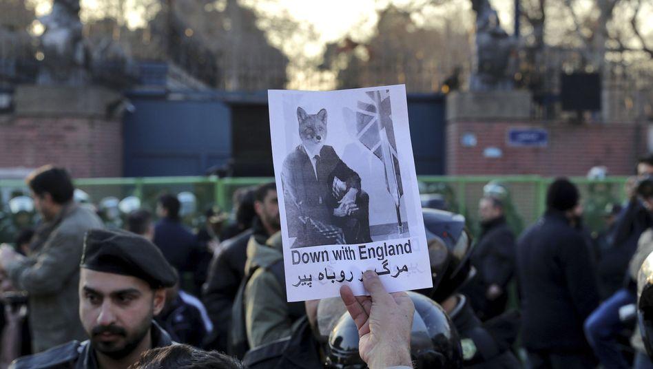 """Regimetreue Demonstranten vor der britischen Botschaft in Teheran: Nach dem Besuch einer """"illegalen"""" Kundgebung fordern sie die Ausweisung des britischen Botschafters"""