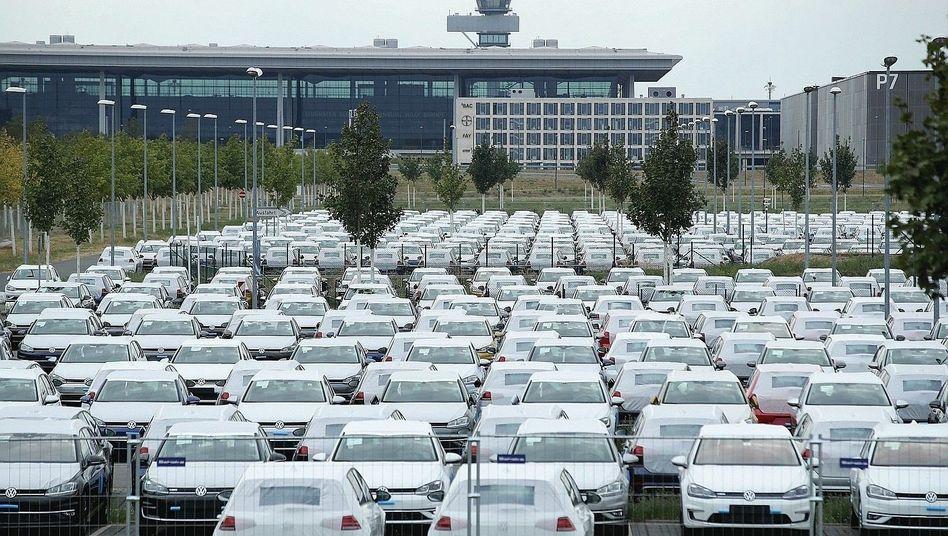 VW-Fahrzeuge am Flughafen BER