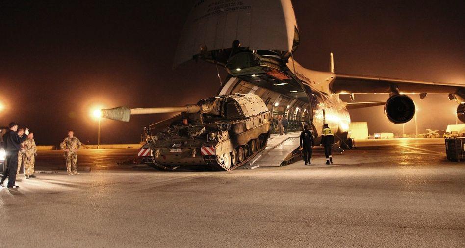 Verladung einer Panzerhaubitze in Masar-i-Scharif