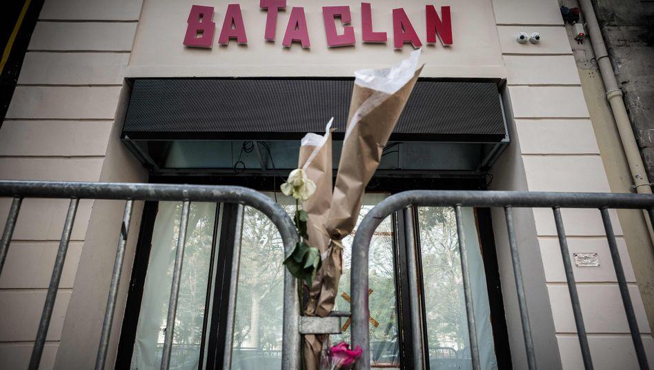 Gedenken vor der Konzerthalle Bataclan