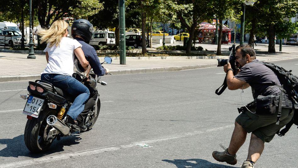 Yanis Varoufakis und Ehefrau Danae am Montag in Athen: Und Abfahrt!