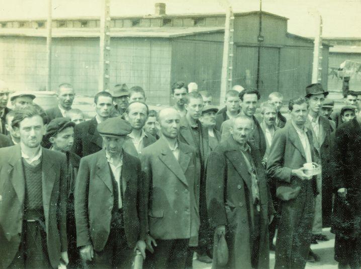 Der junge Mann im dunklen Mantel auf diesem zweiten Foto ist angeschnitten und dann auf dem folgenden Foto noch einmal zu sehen.