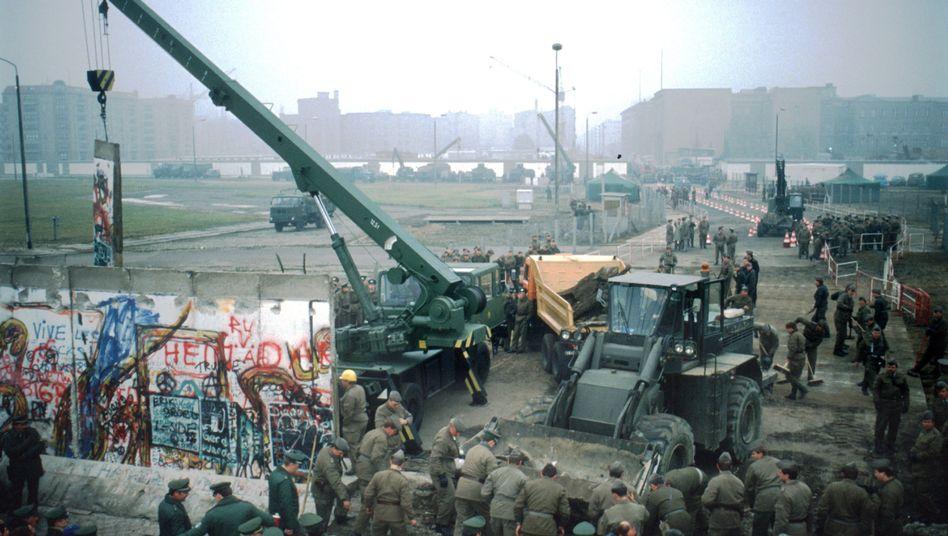 """Mauerabriss am Potsdamer Platz in Berlin am 12. November 1989: """"Neue Grenzübergangsstellen geschaffen"""""""
