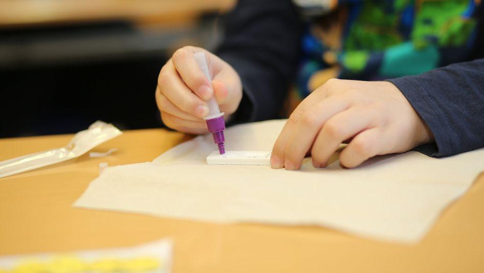 »Notwendigkeit, die Bestimmungen noch nachzuschärfen«: Schüler beim Schnelltest an einer Schule in Halberstadt (Sachsen-Anhalt)