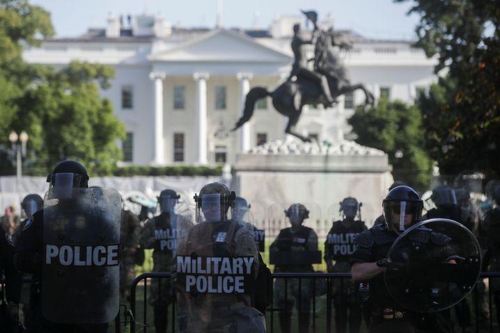 Historische Szenen: Militärpolizei und Nationalgardisten am Weißen Haus