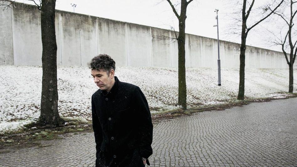 Jurist Galli vor JVA-Mauer in Dresden