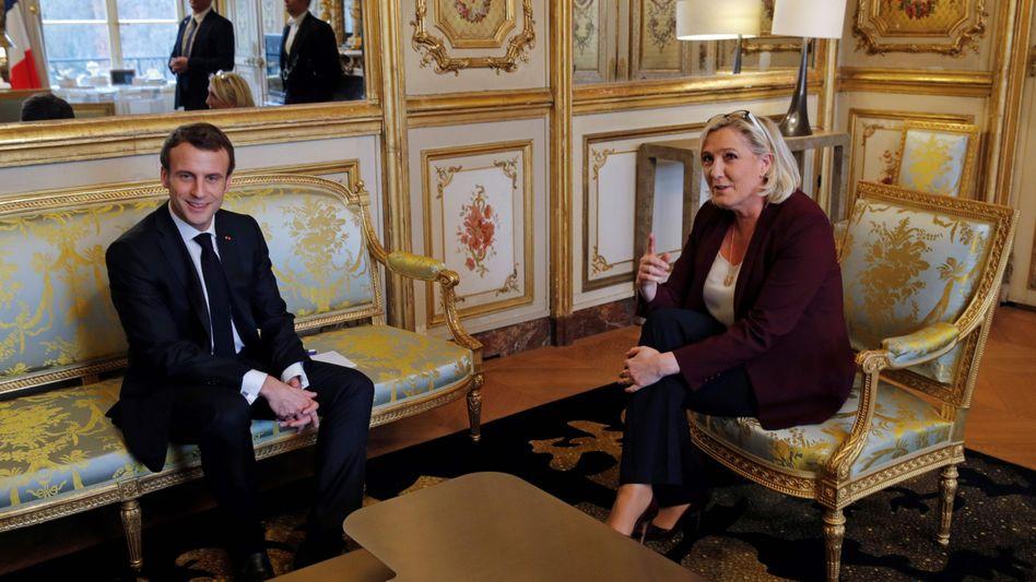 Zwei politische Gegner in einem Raum: Macron und Le Pen